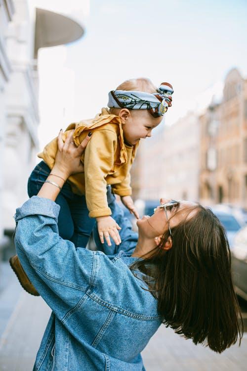 çocuğu ile oynayan anne